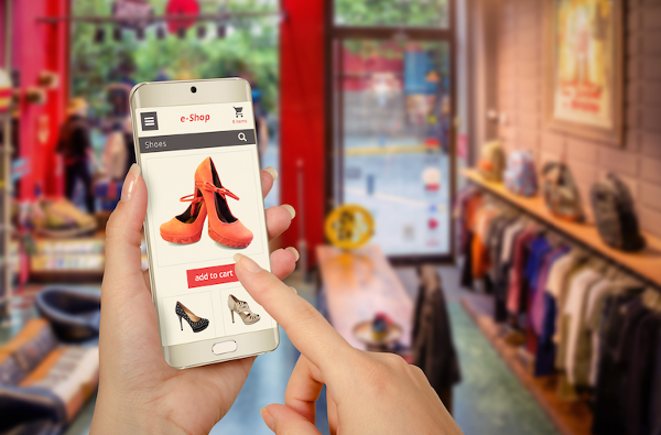 ebiz shopping-with-smartphone-within-store-600